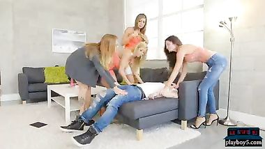 رجل مع عدة سيدات
