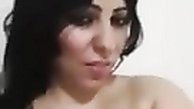 شرموطة مصرية تعري جسمها وتدعك في كسها علي السرير وتصور نفسها علي ...