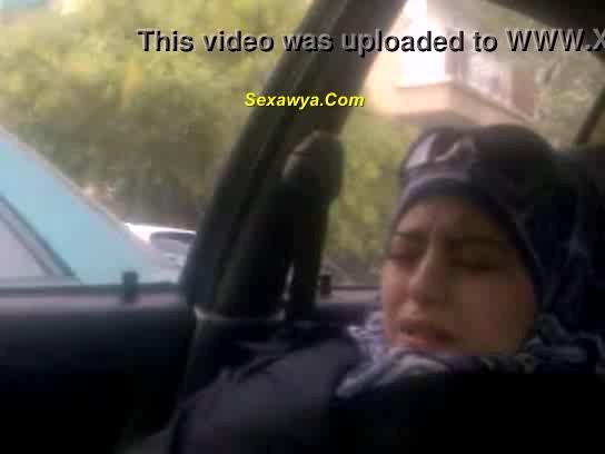 محجبه شرموطه فى العربية وهو بيلعب لها فى كسها ومش قادره خالص